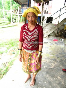 authentic, backpackers, copper ring lady, culture, dayak bidayuh, Ethnic, Kampung Tringgus, Kuching, Bau, Tourism, traditional, travel guide, tribal, tribe, village, native, 沙捞越,
