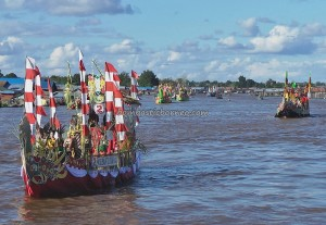 River Parade, Lomba Jukung, Authentic, Borneo, 中加里曼丹, Palangkaraya, carnival, culture, native, Kahayan River, Pariwisata, tourist attraction, traditional, tribal, tribe, travel guide,