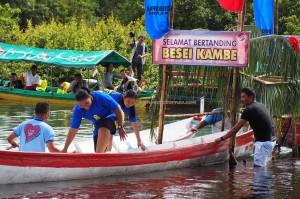 regatta, backpackers, Borneo, Central Kalimantan, Indonesia, Palangkaraya, culture, event, Jembatan Kahayan, Kahayan River, suku dayak, Pariwisata, Sports, Tourism, traditional games, travel guide