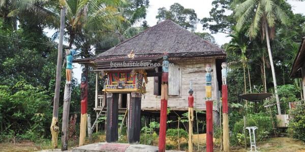 traditional, sculptures, tomb, ancestral bone house, Hindu Kaharingan, religion, indigenous, Borneo, 中加里曼丹, Indonesia, budaya, Dayak Ngaju, native, Obyek wisata, travel guide, village,
