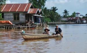 authentic, indigenous, Ethnic Banjarese, Boat ride, jelatong, rumah lanting, Borneo, Pulau Kaget, Indonesia, Sungai Martapura, Tourism, obyek wisata, traditional, adventure, outdoors,