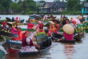 Pasar Terapung, Indigenous, ethnic Banjarese, dayak, klotok, Boat ride, Indonesia, Kota Banjarmasin, Sungai Martapura, obyek wisata, Tourism, tourist attraction, tradisional, travel guide, village, 婆罗州 旅游景点