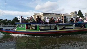 adventure, outdoors, Ethnic Banjarese, Boat ride, floating house, rumah lanting, toko terapung, Indonesia, Pulau Kaget, River city, Obyek wisata, Tourist attraction, traditional, travel guide, village
