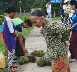 authentic, indigenous, Malaysia, native, Orang Ulu, dayak, local market, durian, exotic fruits, Tourism, traditional, travel guide, 美拉亚沙捞越, 婆罗州