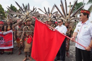 street parade, Naik Dango, authentic, culture, ceremony, native, Dayak Kanayatn, tribal, Borneo, Indonesia, Kampung Budaya, obyek wisata, tourism, travel guide, 西加里曼丹丰收节日,