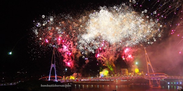 Darul Hana pedestrian bridge, jembatan, event, fireworks, Waterfront, Borneo, Malaysia, Obyek wisata, tourist attraction, travel guide, 古晋, 沙捞越, 婆罗州, 步行桥