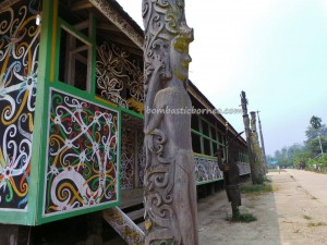adventure, authentic, Borneo, budaya, customs hall, east kalimantan, indigenous, Kongbeng, Kutai Timur, Lamin Adat Lakeq Bilung Jau, longhouse, Miau Baru, Obyek wisata, sculptures, Suku Dayak, tourist attraction, traditional,