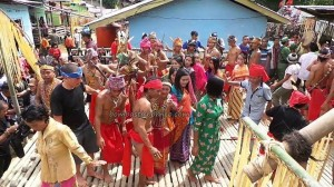 authentic, Indigenous tribe, ritual ceremony, cultural dance, wisata budaya, dayak, native, tribal, Kampung Tadan, Kalimantan Barat, Nyobak'ng, paddy harvest festival, Rumah Adat Baluk, skull feeding, travel guide, traditional, transborder,