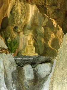 backpackers, travel guide, limestone cave, Buddhist shrine, Serikin, Bau, Kuching, Borneo, Malaysia, nature, religion, Tourism, tourist attraction, Turn Red Zoo, 保靈山, 石隆门, Sarawak,