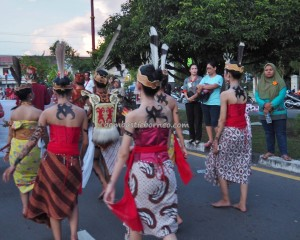 authentic, indigenous, cultural dance, Borneo, Kalteng, Palangka Raya, carnival, event, pesta adat, street parade, Obyek wisata, native, Suku Dayak, Tourism, backpackers guide, tribal,
