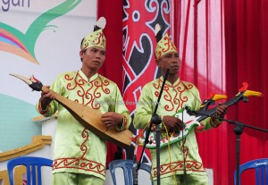 nyanyian, Lomba Karungut Putra, Festival Budaya, Indigenous, Borneo, 中加里曼丹, Indonesia, Palangka Raya, culture, event, native, suku dayak, Pariwisata, tourist attraction, traditional, tribe