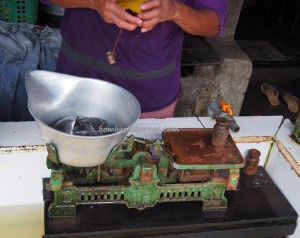 dayak, native, Ethnic Banjarese, Borneo, Kalimantan Selatan, Kalsel, Kota Seribu Sungai, Martapura river, pasar lama, street market, Tourism, tradisional, traditional, travel guide, village,