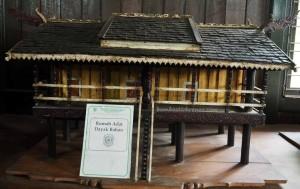 Miniature longhouse, Miniatur, Museum Kayu Tuah Himba, backpackers, collection, Kerajinan, Borneo, Kalimantan Timur, Kota Tenggarong, Kutai Kartanegara, Tourism, tourist attraction, travel guide, 东加里曼丹, 博物馆,