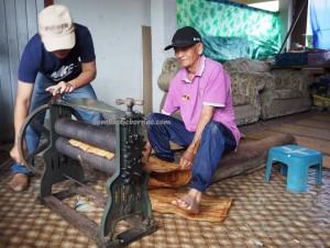 Kampung Tang Itong, tree bark crafts, clothing, Kraftangan Malaysia, authentic, backpackers, dayak, Orang Ulu, tribe, Lun Bawang artisan, Borneo, Sarawak, Lawas, tourist attraction, traditional, travel guide,