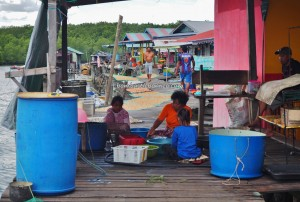 Floating House, traditional, backpackers, destination, Borneo, Malaysia, Sarawak, Tourism, tourist attraction, travel guide, seafood, exotic delicacy, udang kering, Keropok tahai, crossborder, 砂拉越旅游景点,