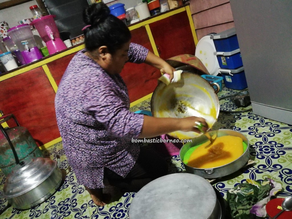 Kampung Melayu, Floating house, water Village, traditional, backpackers, Borneo, Sarawak, Tourism, tourist attraction, travel guide, exotic delicacy, kuih muih, cake making,