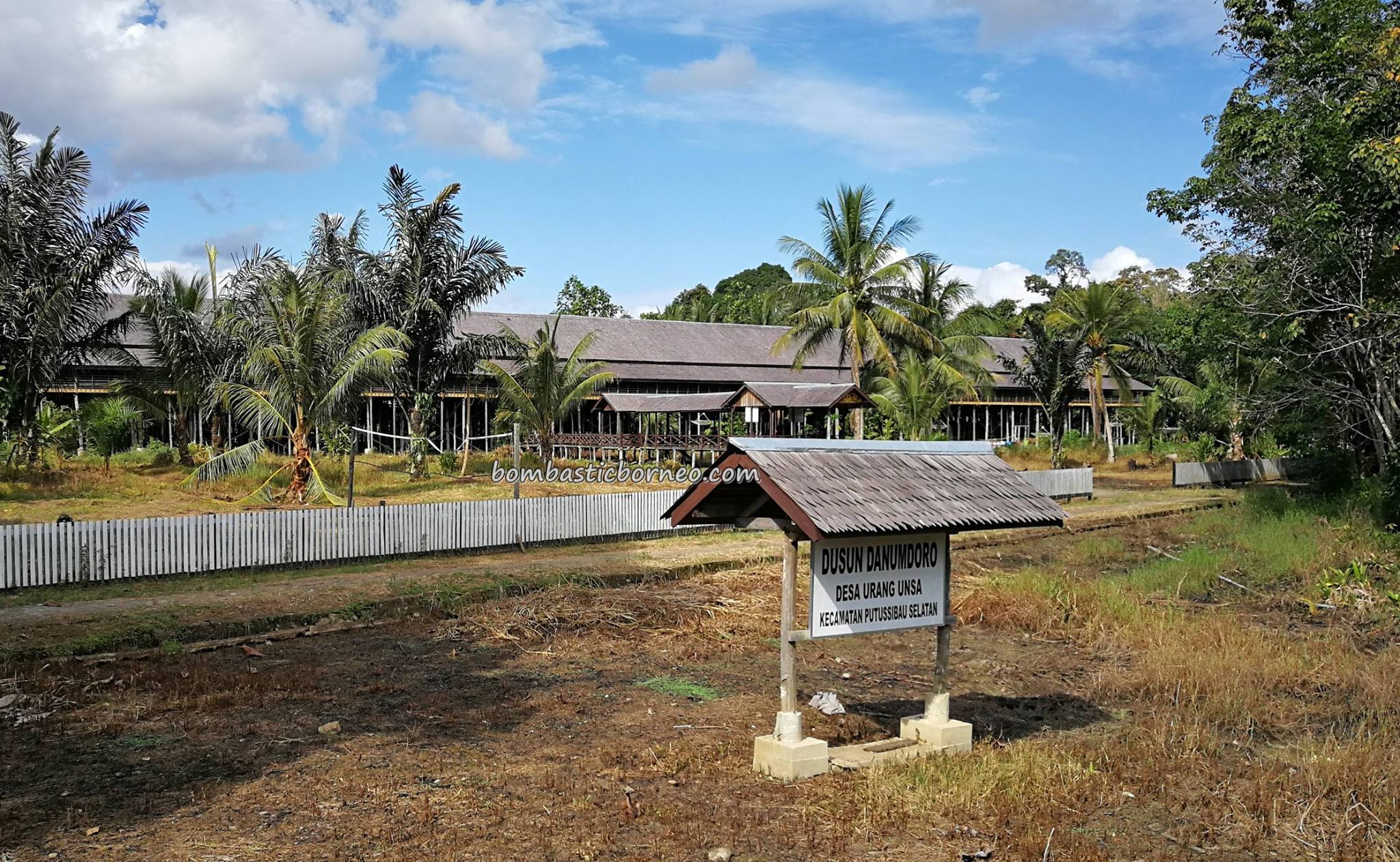 Rumah Betang Lunsa Hilir, traditional, village, Indonesia, West Kalimantan, Kapuas Hulu, Desa Urang Unsa, Dusun Danumdoro, native, tribe, Obyek wisata, Tourism, travel guide, crossborder, 婆罗洲, 原住民长屋