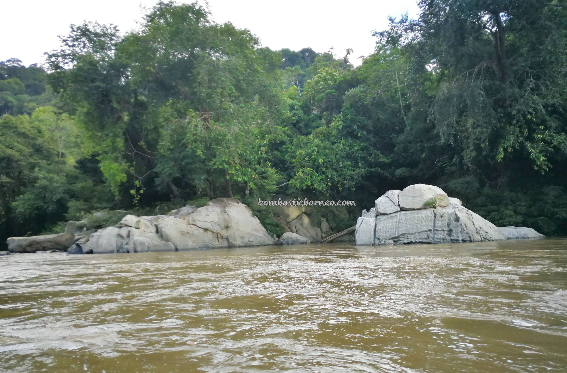 speedboat ride, Sungai, backpackers, Borneo, Desa Beringin Jaya, Indonesia, Kapuas Hulu, Putussibau Selatan, Tourism, tourist attraction, travel guide, traditional, crossborder, 印尼西加里曼丹