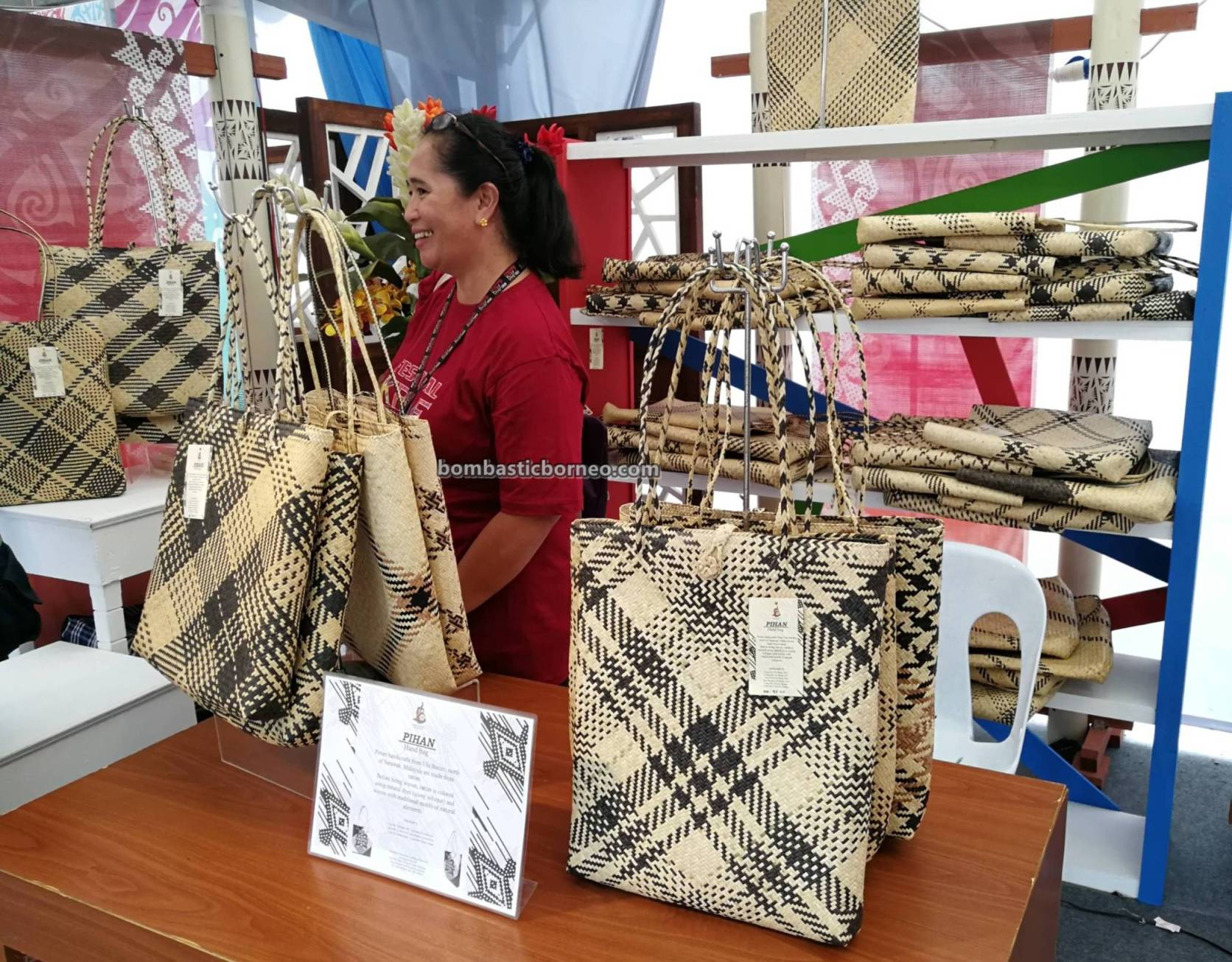 Dayak, handicrafts exhibitions, handmade Basketry, rotan, souvenir, Penan, Kraftangan Malaysia, Borneo, Kuching Waterfront, Tourism, tourist attraction, travel guide, weaving, 婆罗洲原住民, 藤制手工艺品展览,