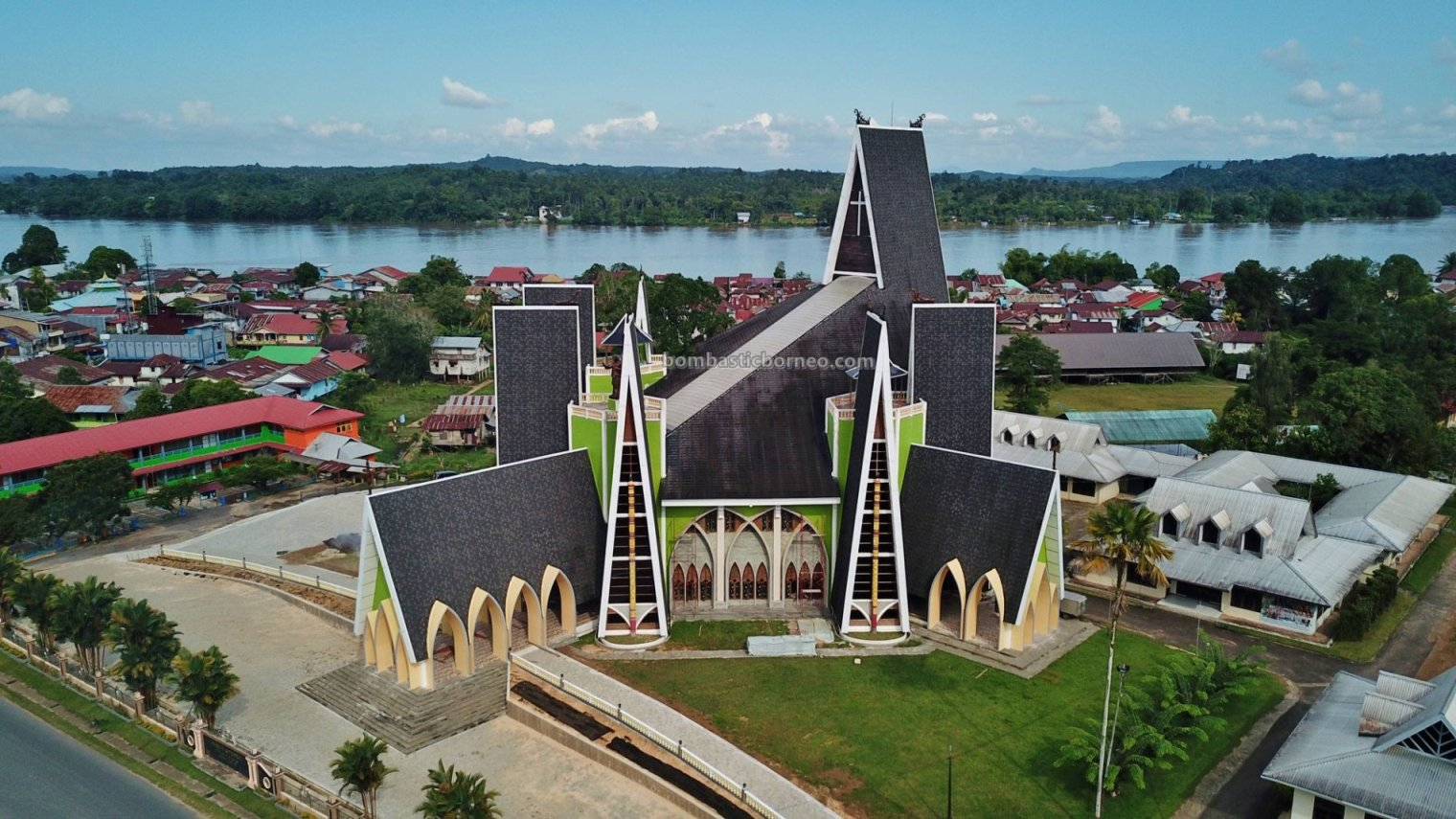 cathedral, Sacred Heart of Jesus, destination, Borneo, Indonesia, West Kalimantan, obyek wisata, Tourism, tourist attraction, town, travel guide, cross border, 印尼西加里曼丹, 上侯天主教教堂