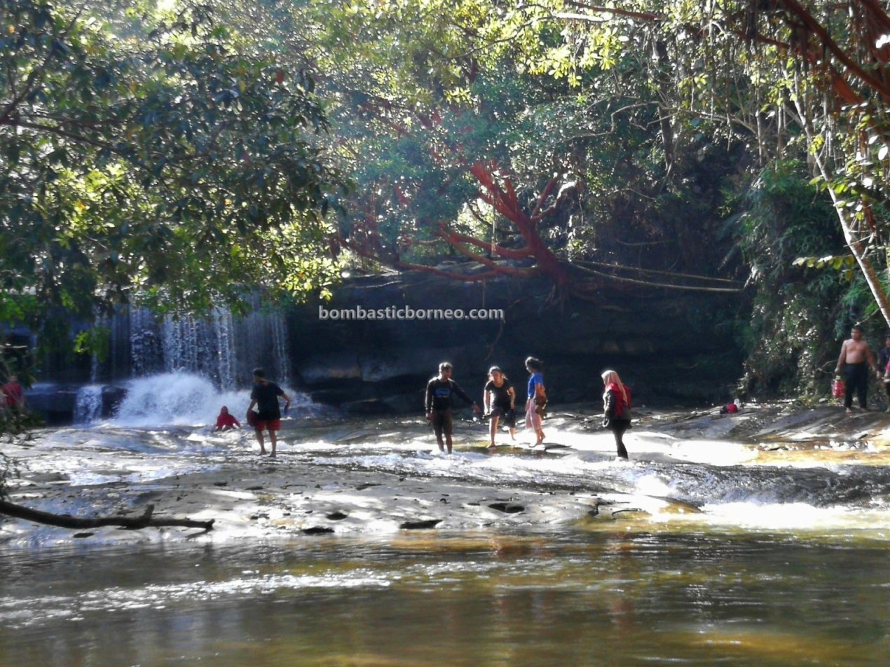 air terjun, waterfalls, adventure, nature, outdoor, backpackers, picnic, Borneo, West Kalimantan, Tourism, tourist attraction, travel guide, cross border, 婆罗洲游踪, 上侯瀑布旅游景点