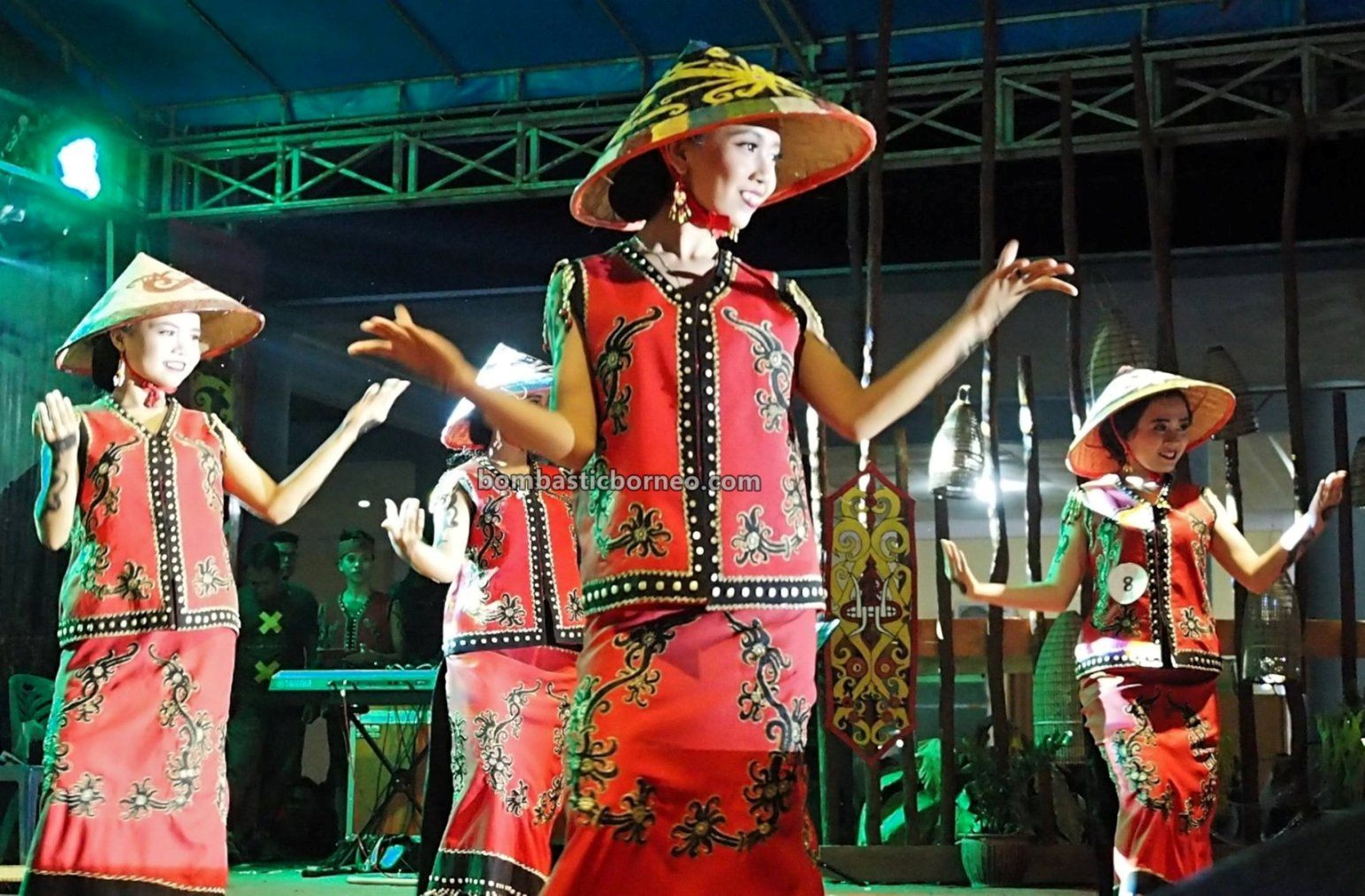 paddy harvest festival, Stadion Baning, indigenous, backpackers, cultural dance, event, Borneo, West Kalimantan, native, tribe, tribal, Obyek wisata, trans Border, 婆羅洲达雅克丰收节, 印尼西加里曼丹,