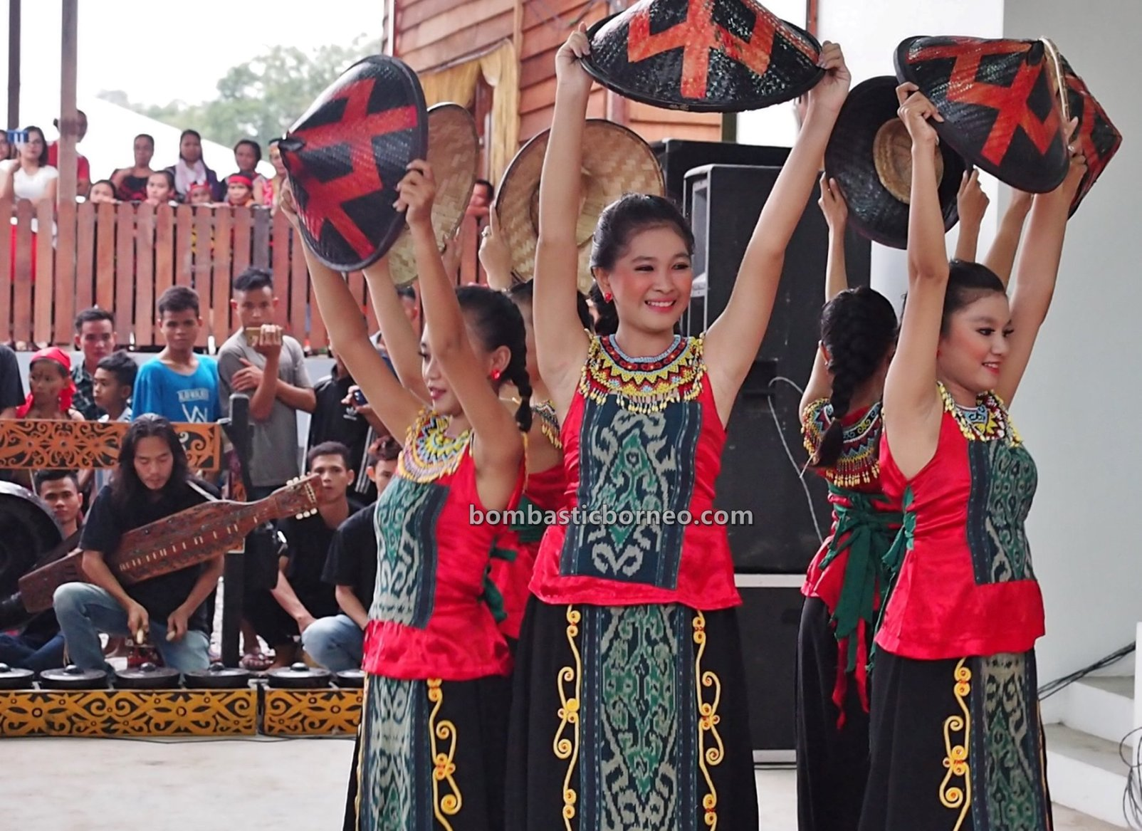 Dayak Bidayuh, paddy harvest festival, indigenous, traditional, destination, budaya, event, tribal, travel guide, trans borneo, 婆罗洲丰收节日, 砂拉越原住民部落, Bengkayang, West Kalimantan, Indonesia