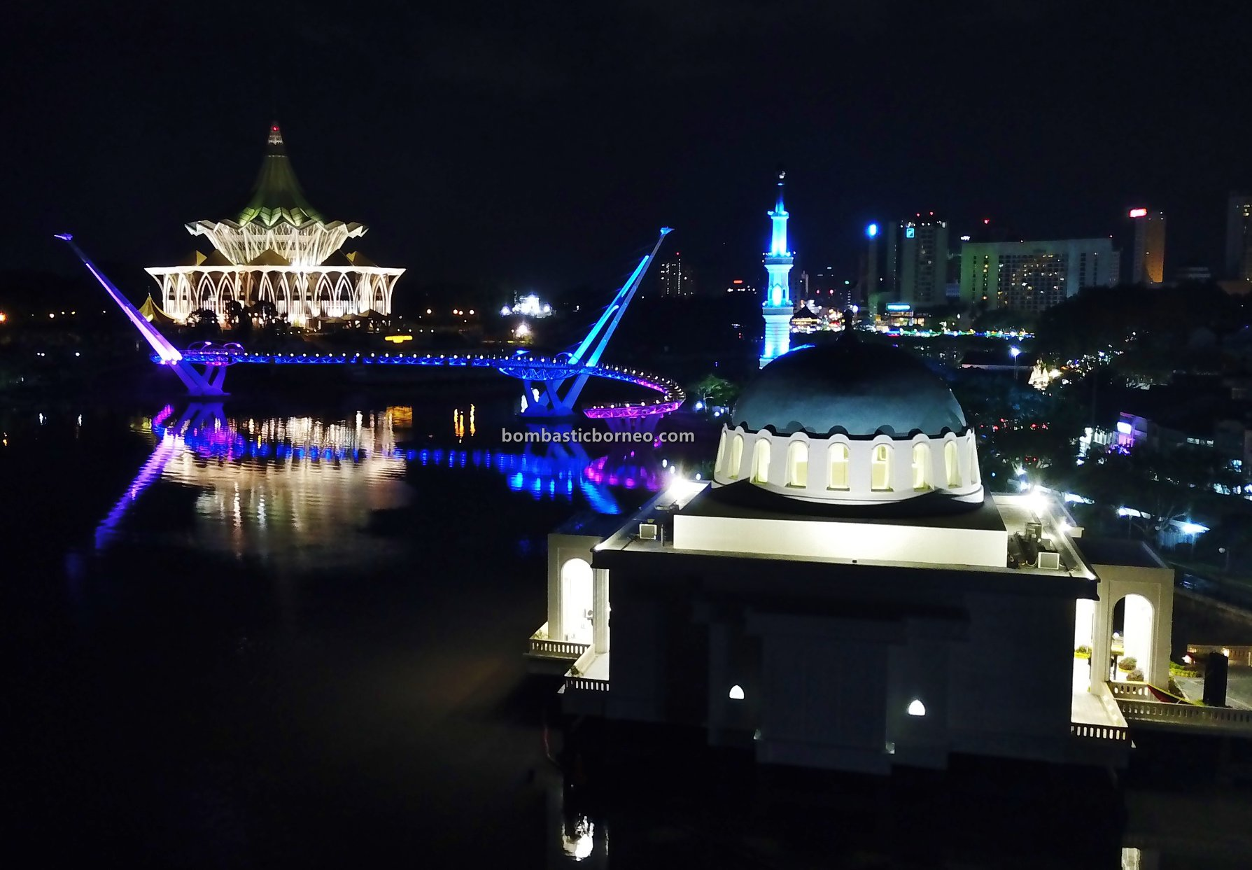 culture, Kuching Floating Mosque, Masjid Terapung, backpackers, destination, Borneo, Malaysia, S-shaped pedestrian bridge, Sarawak river, Obyek Wisata, Tourism, travel guide, Tourist attraction, 古晋步行桥, 砂拉越河滨公园, 马来西亚旅游景点