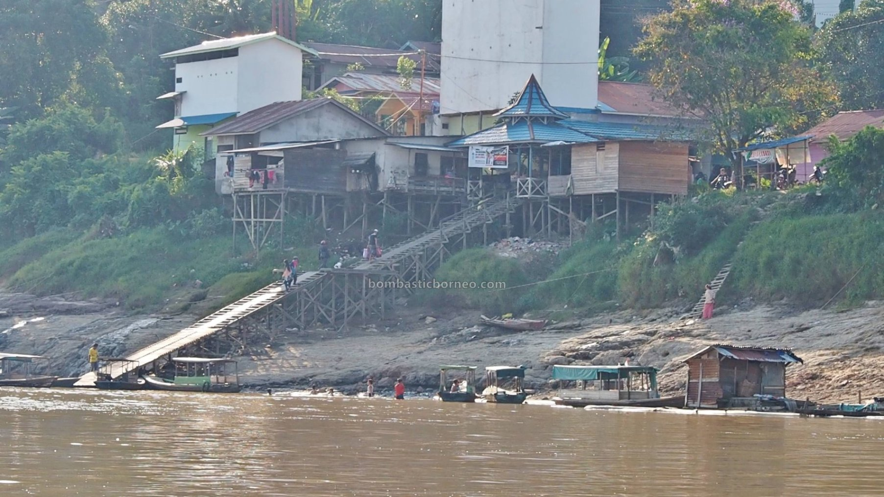 rumah lanting, rumah terapung, floating house, authentic, traditional, Indonesia, West Kalimantan, Nanga Pinoh, Sungai Melawi, Obyek wisata, Tourism, tourist attraction, travel guide, Trans Borneo, 默拉维河栏登