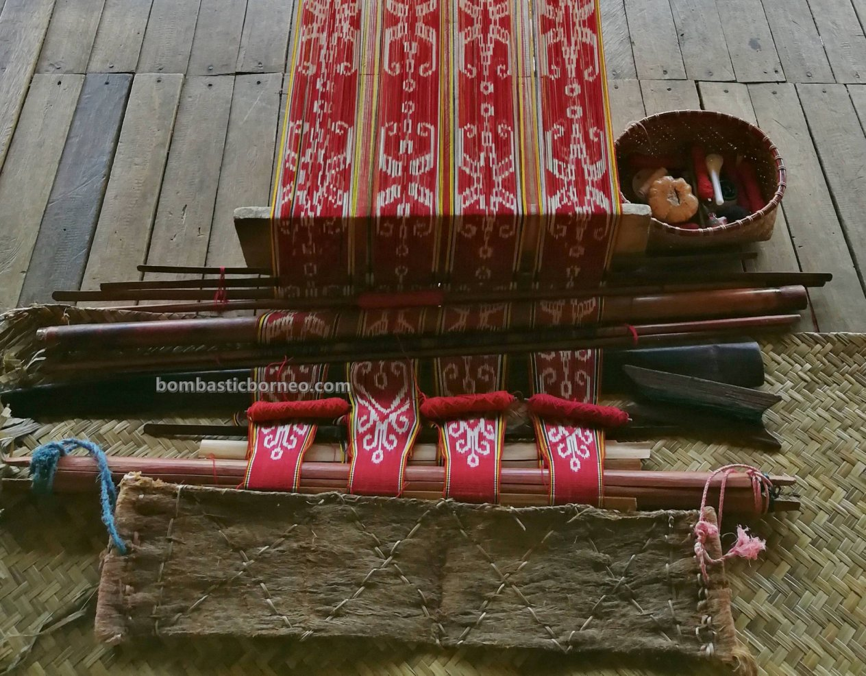 Rumah Betang Ensaid Panjang, tradisional, culture, Sintang, Indonesia, Suku Dayak Desa, tribe, kain tenun, pua kumbu, Obyek wisata, Tourism, Travel guide, cross border, 婆罗洲游踪, 印尼西加里曼丹, 新党旅游景点