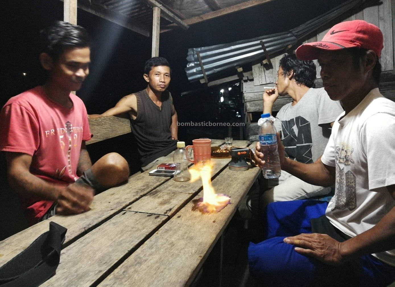 backpackers, rumah terapung, authentic, traditional, Borneo, Sungai Melawi, Pinoh river, Tourism, tourist attraction, travel guide, Trans Border, 跨境婆罗洲, 西加里曼丹水上之家, 彬路默拉维河