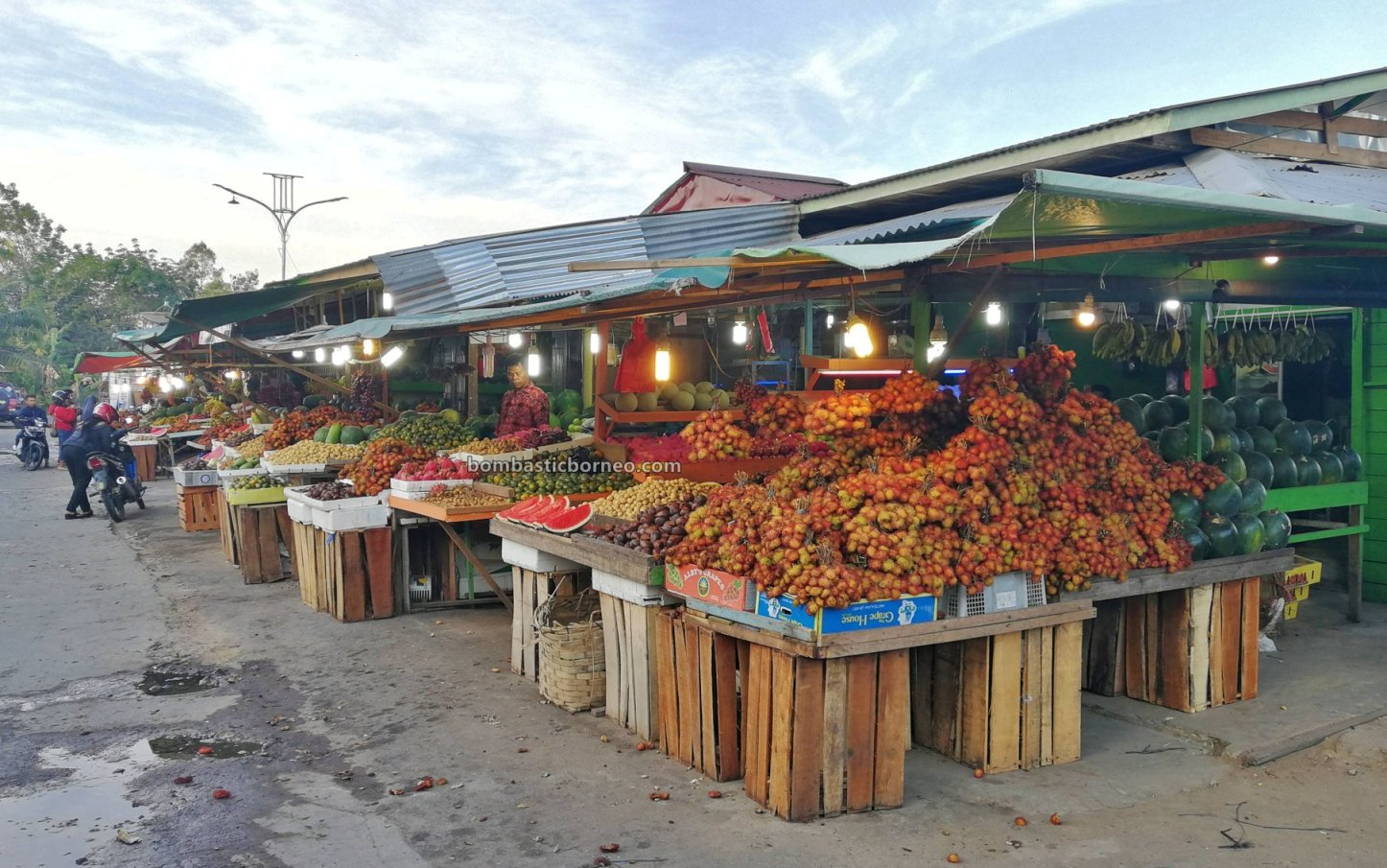 fruit market, floating house, authentic, traditional, backpackers, destination, Pinoh river, Obyek wisata, Tourism, tourist attraction, travel guide, Trans Borneo, 跨境婆罗洲游踪, 印尼西加里曼丹彬路