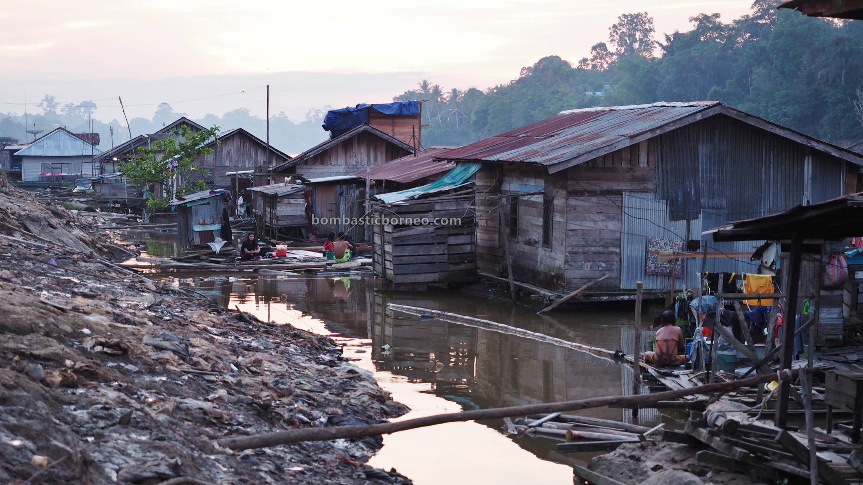 rumah lanting, floating house, authentic, traditional, destination, Borneo, Indonesia, West Kalimantan, Sungai Melawi, Tourism, travel guide, Cross Border, 婆罗洲游踪, 西加里曼丹彬路水上之家, 默拉维河栏登