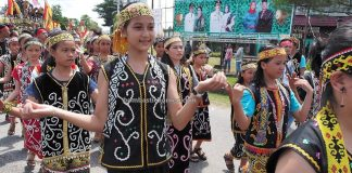 Gawai parade, traditional, Kalimantan Barat, Putussibau, destination, Ethnic, indigenous, tribal, Suku Dayak, Tourism, tourist attraction, cross border, Borneo, 印尼甘布安斯乌鲁, 富都丰收节日, 达雅克土著文化