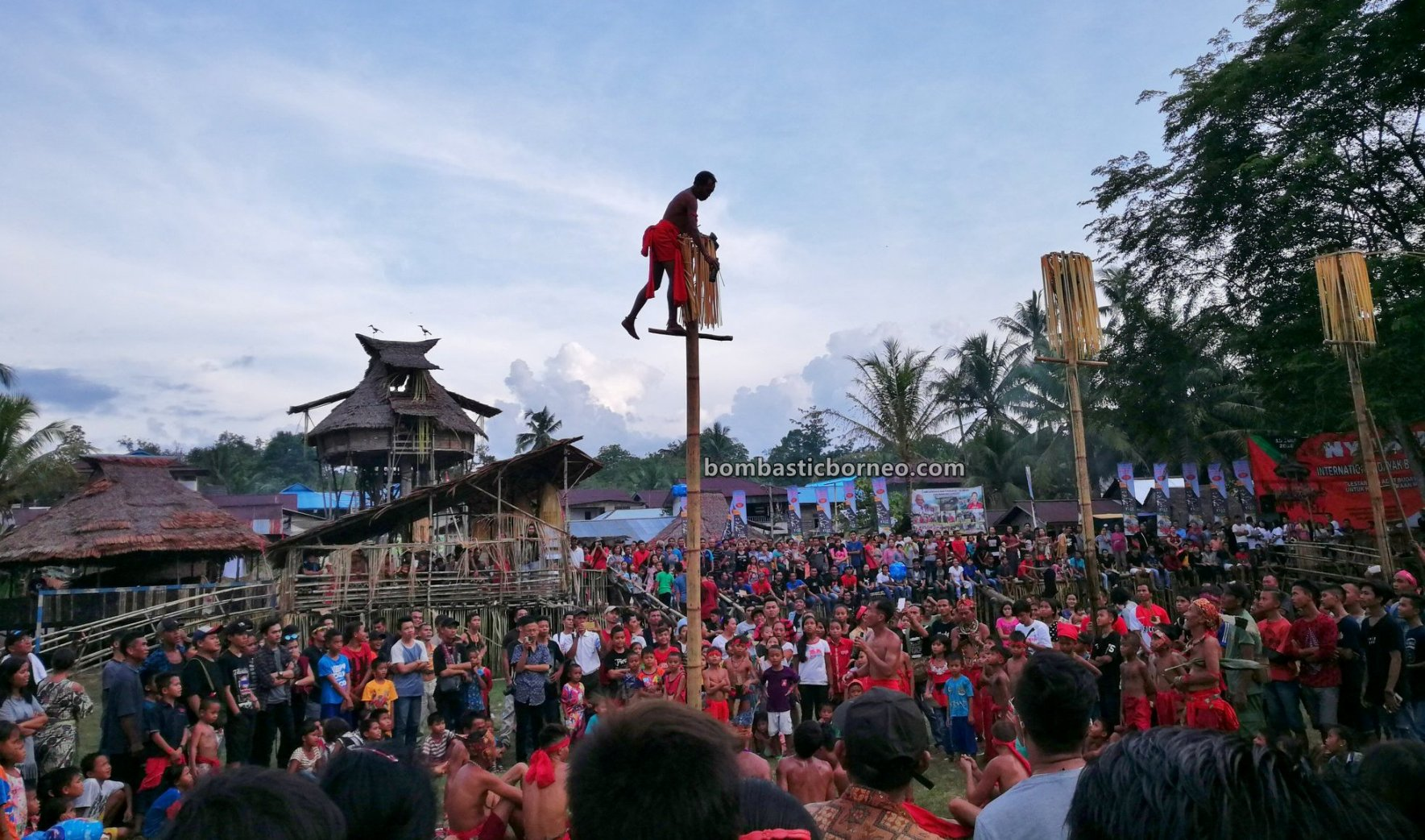 Paddy Harvest Festival, traditional, Destination, culture, Bengkayang, Kalimantan Barat, Ethnic, tribal, Baruk, Tourism, travel guide, bamboo climbing, Cross Border, Borneo, 印尼西加里曼丹, 婆罗洲达雅丰收节
