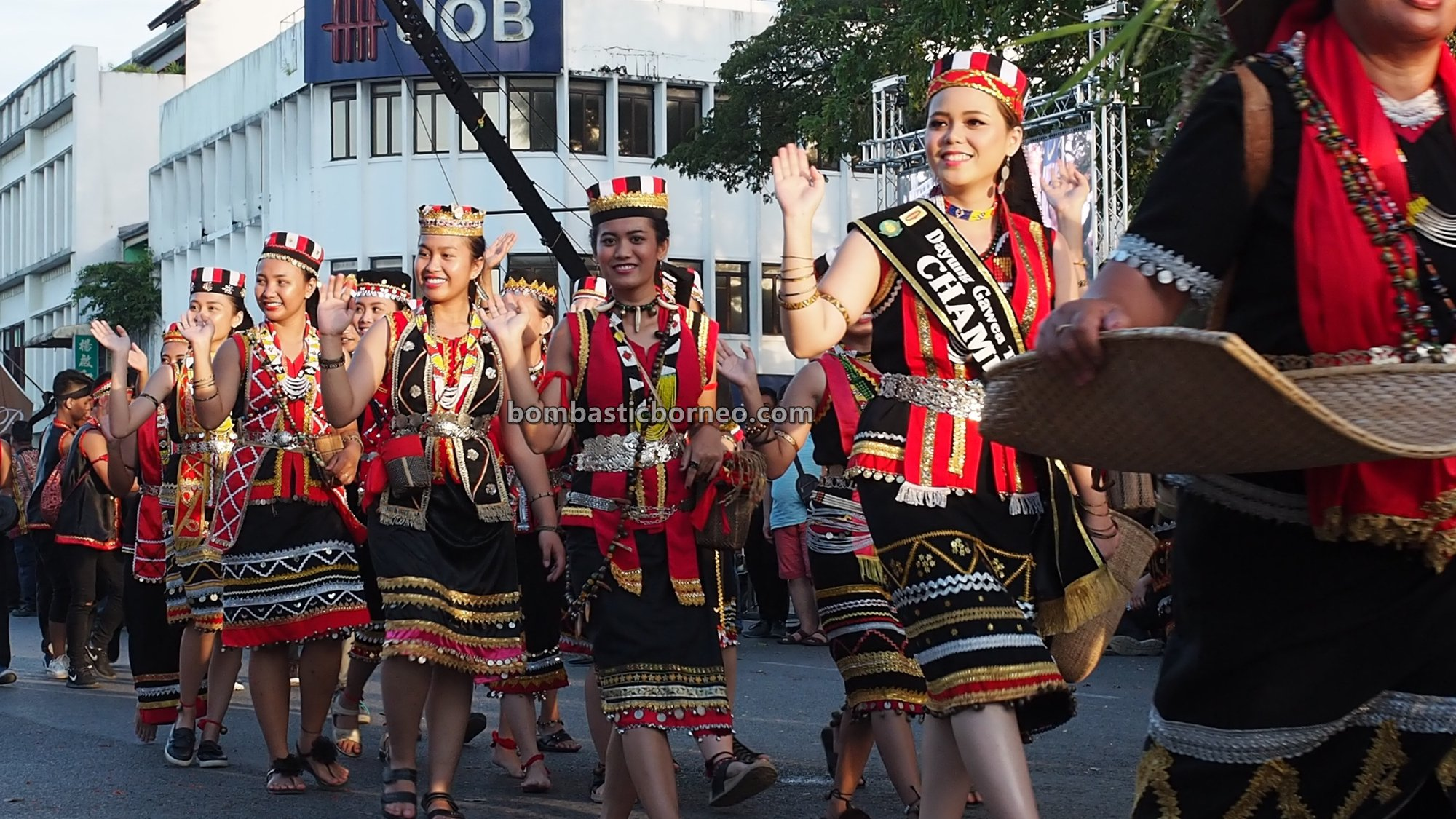 Street Parade, traditional, bidayuh, backpackers, Malaysia, Ethnic, native, tribe, tourism, tourist attraction, Travel guide, Cross Border, 探索婆罗洲游踪, 砂拉越达雅比达友族, 马来西亚古晋