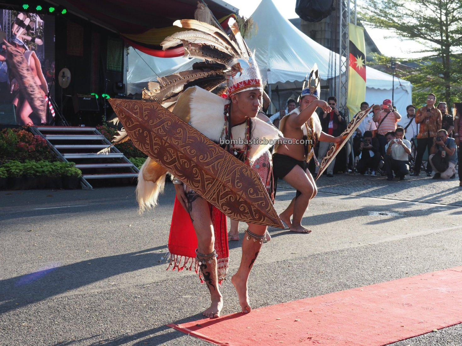 Street Parade, authentic, budaya, destination, Malaysia, indigenous, tribal, tourism, Travel guide, Trans Borneo, 探索婆罗洲游踪, 砂拉越肯雅族部落, 马来西亚原住民, Orang Ulu, Dayak Kenyah,