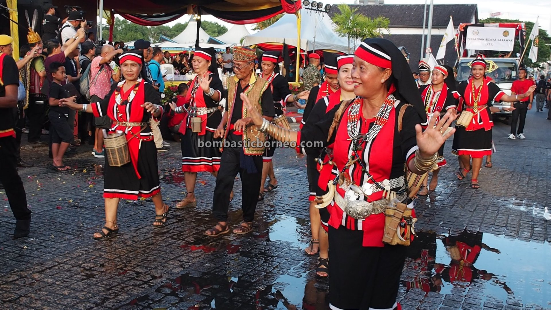 Gawai Parade, paddy harvest festival, traditional, budaya, destination, Ethnic, native, tourism, tourist attraction, Travel guide, Cross Border, Borneo, 婆罗洲丰收节日, 砂拉越原住民达雅克, 马来西亚土著文化,