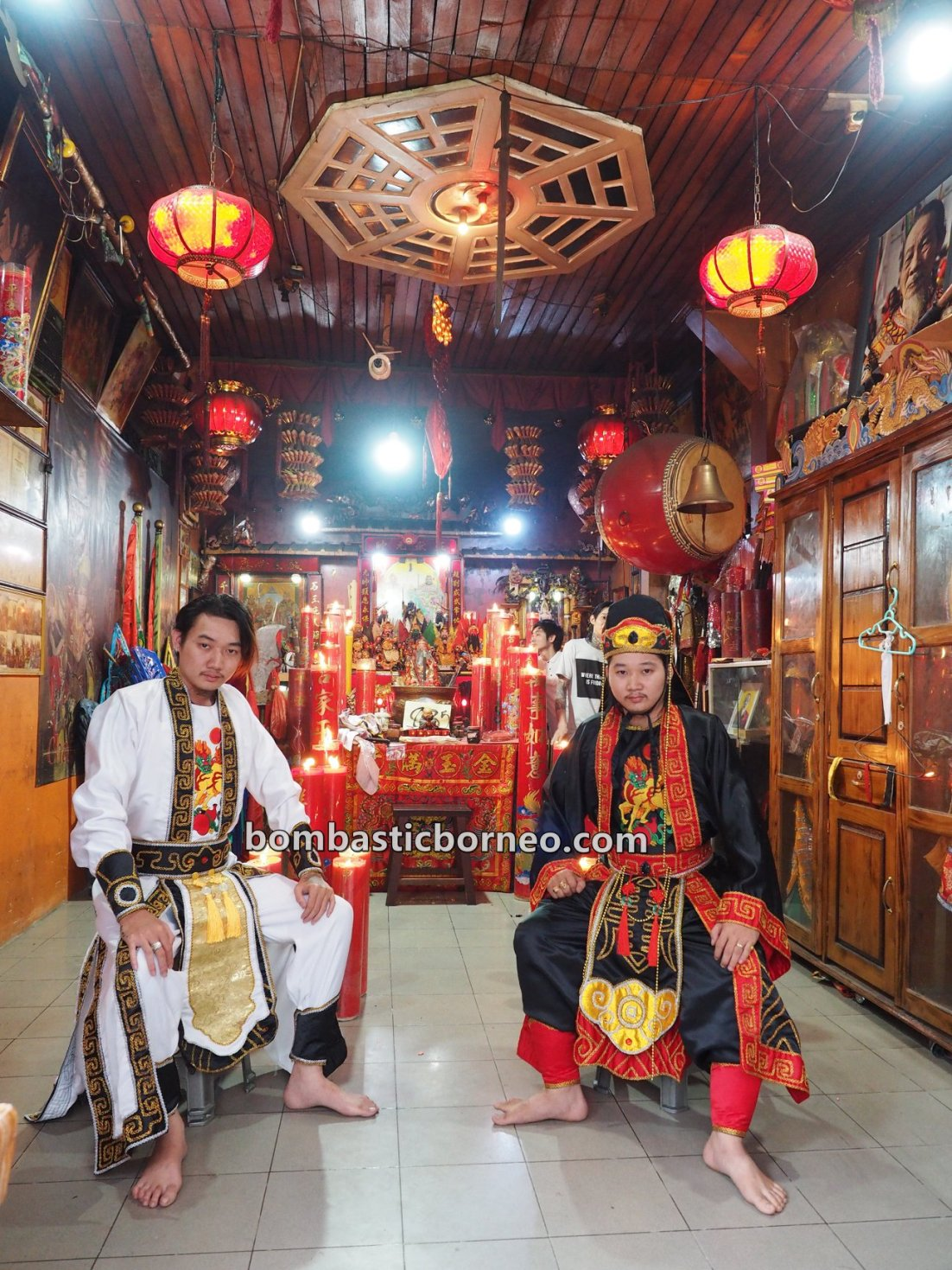 tionghoa, Hakka, Tatung, medium, culture, Chinese New Year, traditional, Indonesia, Kalimantan Barat, Kelenteng Chau Liu Nyian Shai, temple, Tourism, travel guide, Trans Borneo, 西加里曼丹法師乩童,