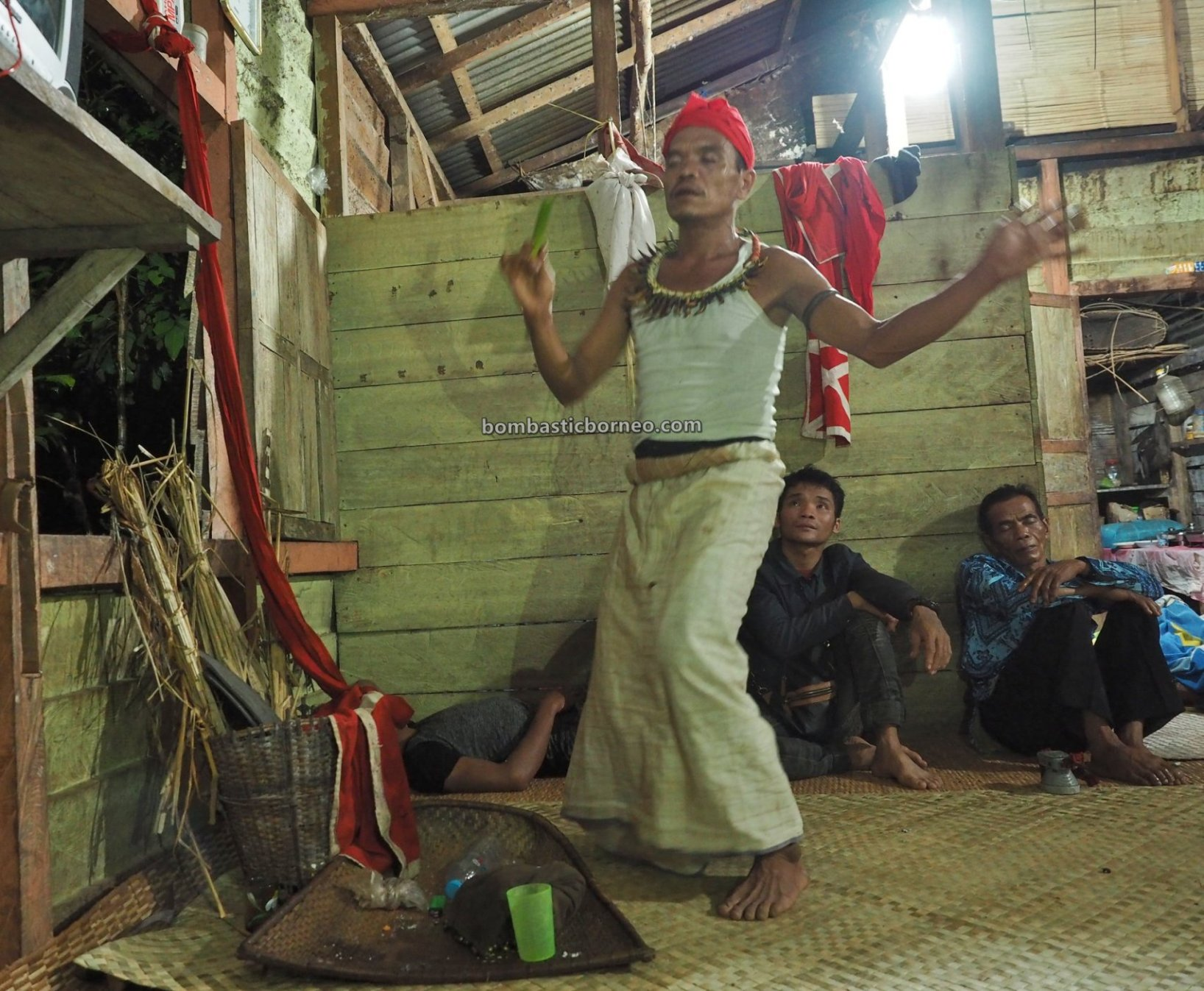 Nyobeng Kambih, Paddy Harvest Festival, authentic, ritual, Desa Bengkawan, indigenous, native, tribe, Dukun, Shaman, tourist attraction, Travel guide, Trans Borneo, 穿越婆罗洲游踪, 西加里曼丹达雅部落, 印尼孟加映文化