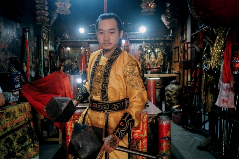 Hakka, Tatung, medium, trance, spiritual, culture, budaya, Tahun Baru Imlek, authentic, Dewa Dewi, Kalimantan Barat, temple, travel guide, 穿越婆罗洲游踪, 山口洋华人乩童, 印尼西加里曼丹,