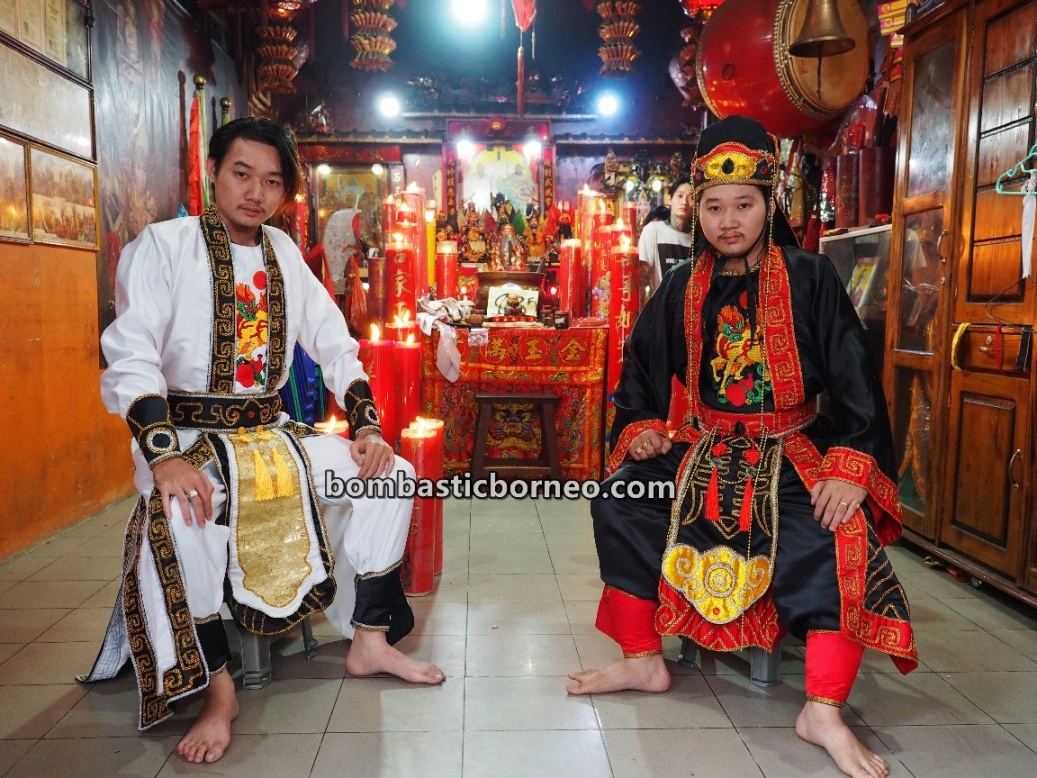 Tionghoa, medium, sifu, shaman, culture, Cap Go Meh, authentic, traditional, Kelenteng Chau Liu Nyian Shai, temple, tourist attraction, Trans Borneo, 婆罗洲传统华人文化, 山口洋法師乩童, 西加里曼丹赵刘元帅