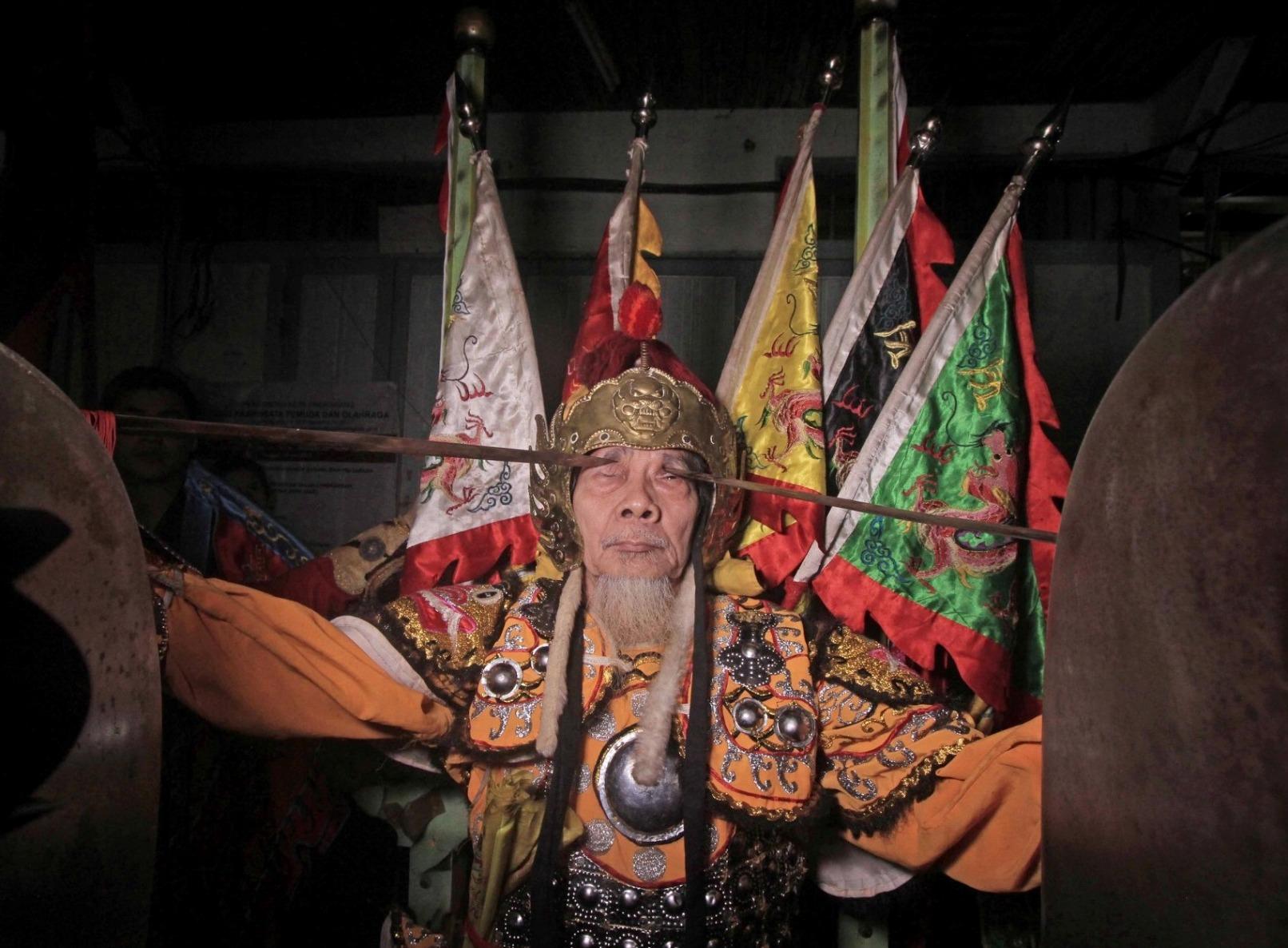 tionghoa, Tatung, medium, shaman, dukun, spiritual, wisata budaya, Cap Go Meh, authentic, Indonesia, tourist attraction, travel guide, cross border, 探索婆罗洲游踪, 印尼山口洋乩童, 西加里曼丹元宵节,