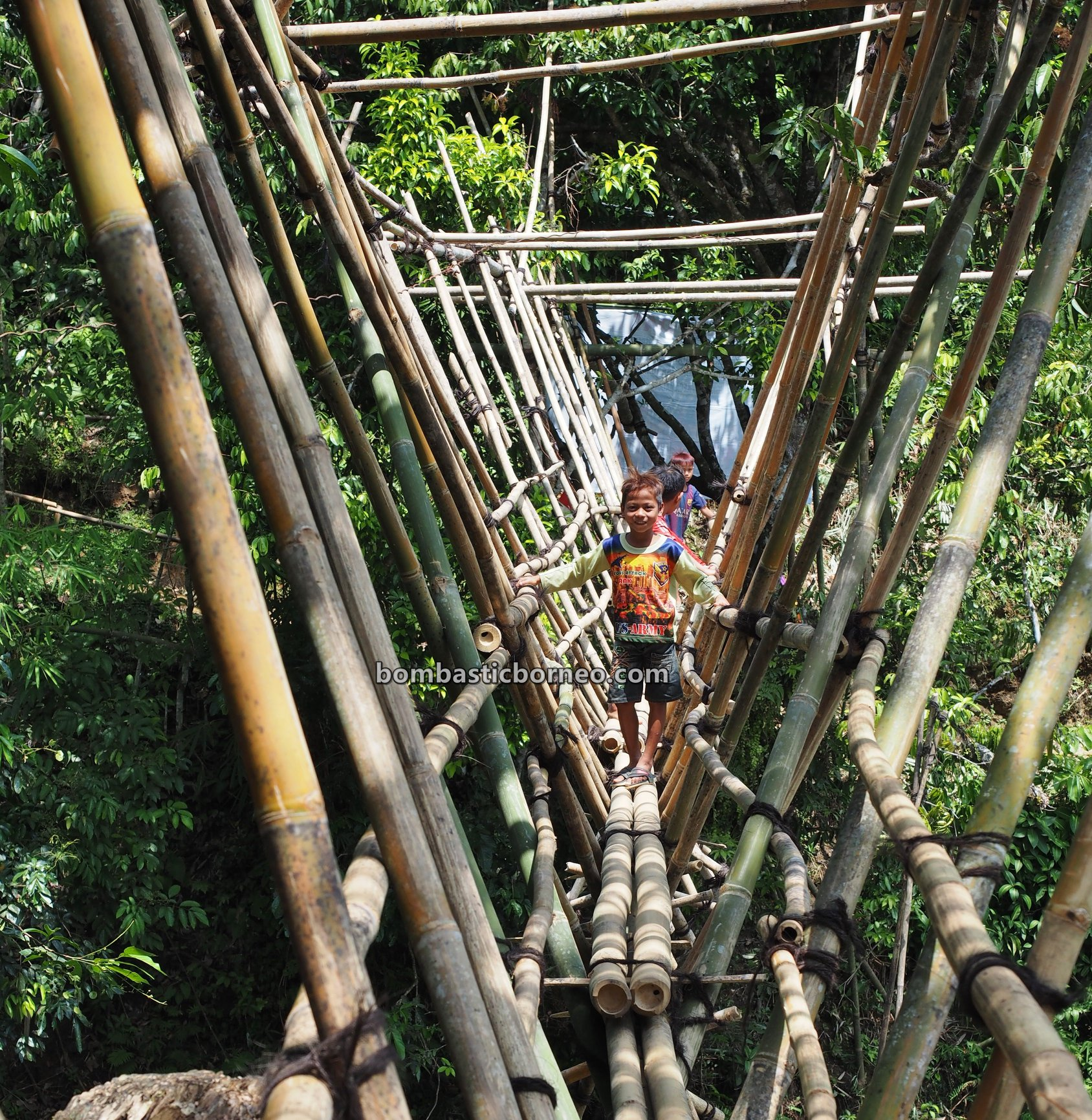 bamboo bridge, Sungkung Medeng, authentic, traditional, backpackers, Bengkayang, Indonesia, Kalimantan Barat, native, tribal, highland, village, tourist attraction, Travel guide, Trans Borneo