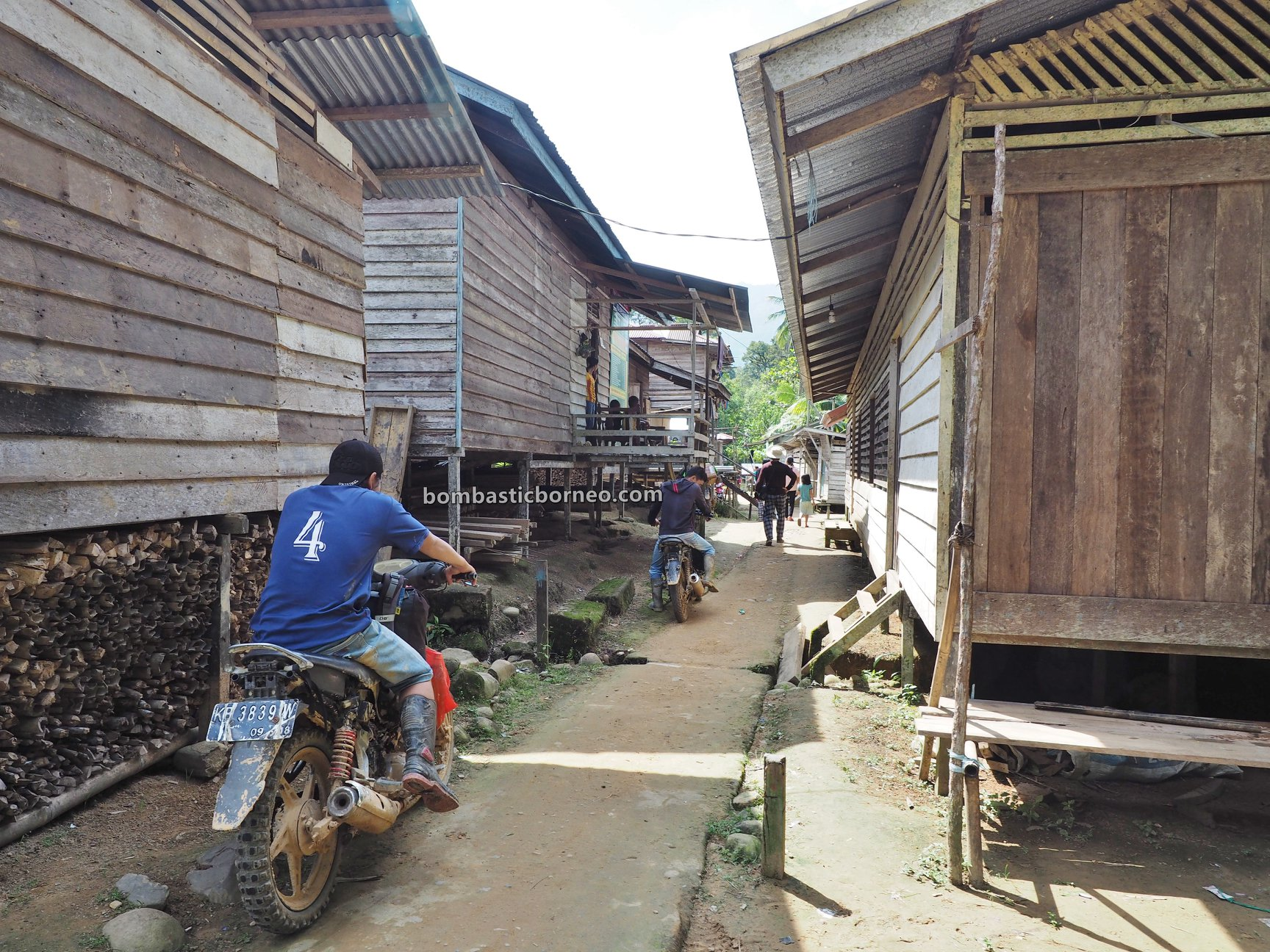 Dusun Medeng, adventure, authentic, traditional, Bengkayang, Indonesia, native, Highland, Tourism, travel guide, Cross Border, Borneo, 探索婆罗洲游踪, 印尼西加里曼丹, 孟加映达雅部落