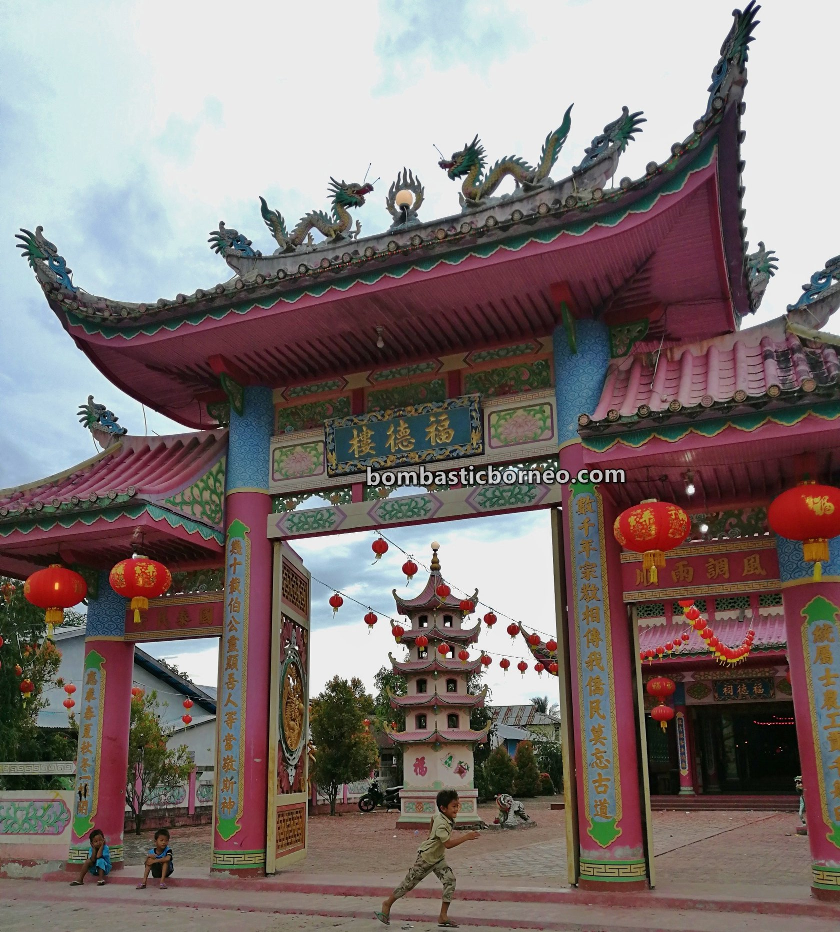 temple, Tahun Baru Imlek, Chinese New Year, Indonesia, Tourism, travel guide, backpackers, Trans Border, Borneo, 穿越婆罗洲游踪, 印尼西加里曼丹, 三发三条港华侨