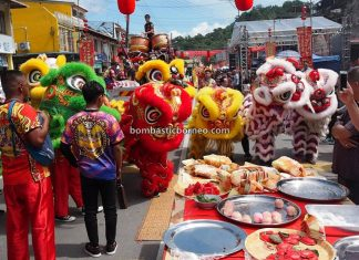 Lantern Festival, procession, Chinese New Year, Hakka town, backpackers, Bau, Kuching, Malaysia, Lion Dance, Tarian Naga, tourist attraction, Cross Border, Borneo, 婆罗洲元宵节, 砂拉越石隆门, 客家华人舞狮舞龙