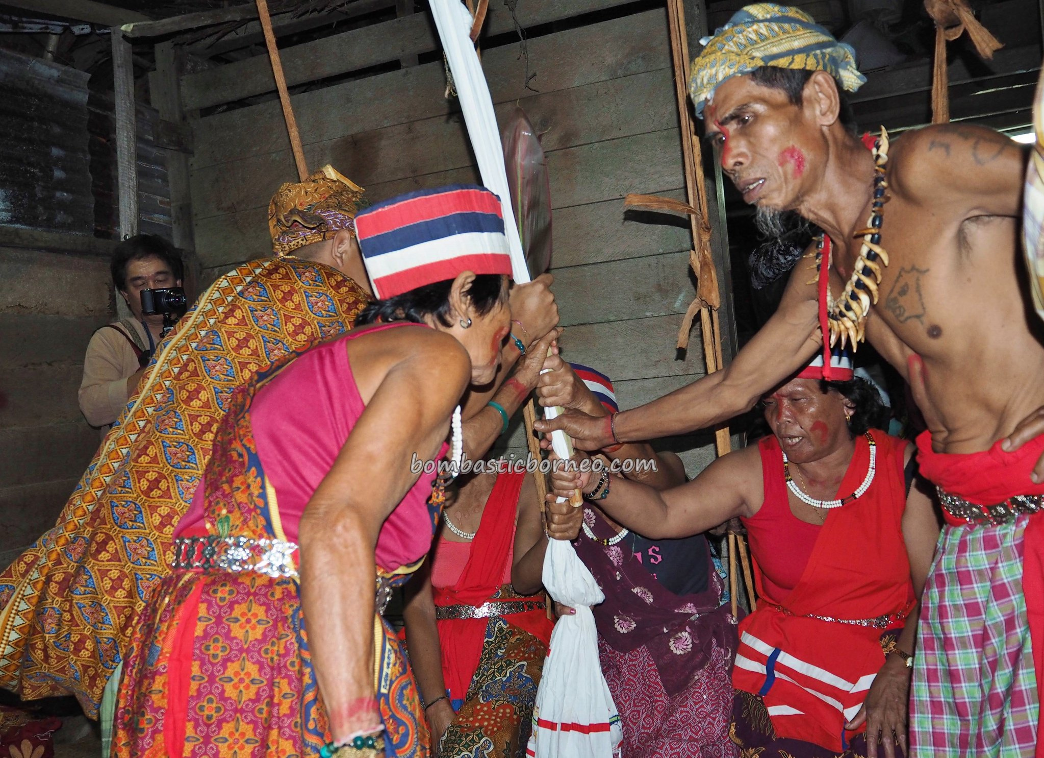 spiritual healing, ritual, authentic, traditional, budaya, Indigenous, Dayak Bidayuh, tribal, Bau, Tourism, Travel guide, 穿越婆罗洲游踪, 砂拉越原住民文化, 古晋比达友族祭司