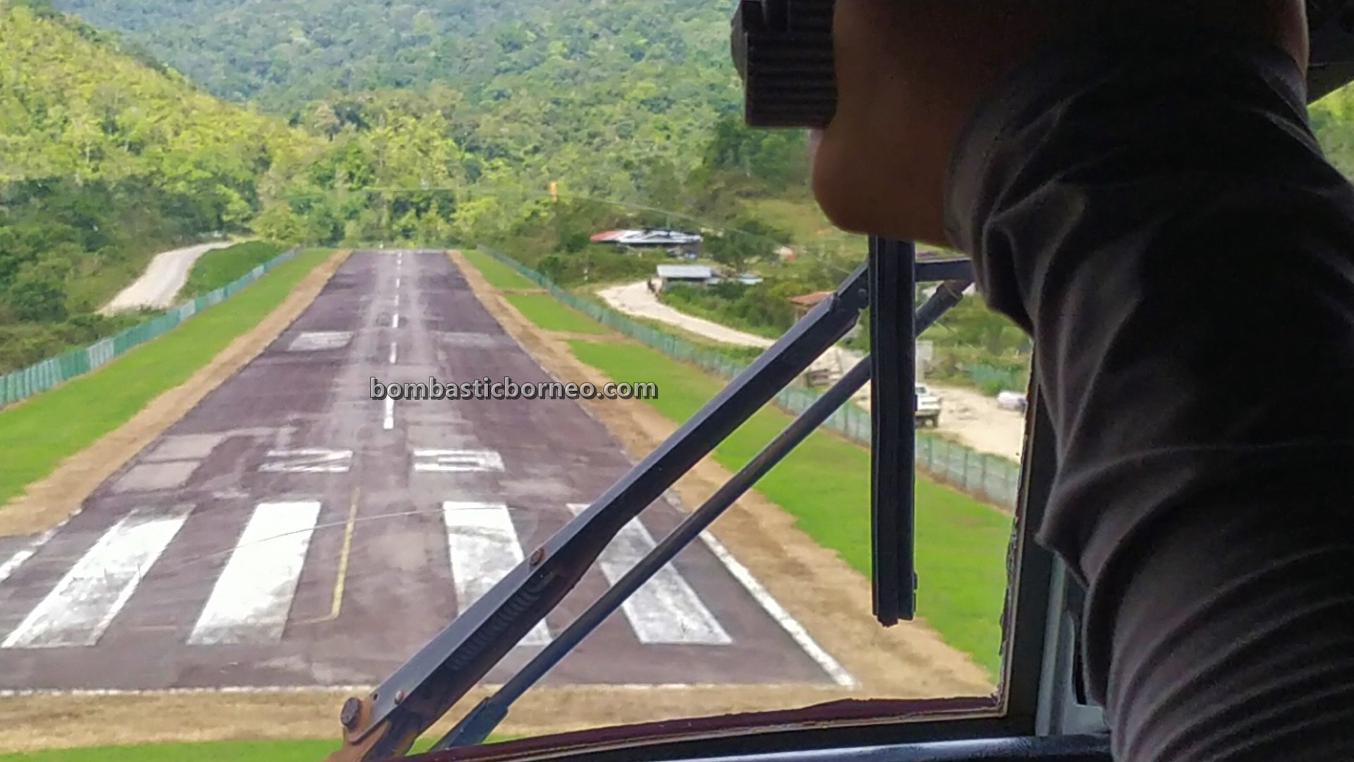 Mas Wings, twin otter, Ba'kelalan airport, Lapangan terbang, backpackers, destination, exploration, Interior, village, Maligan Highlands, Malaysia, Tourism, 婆罗洲内陆高原, 砂拉越巴卡拉兰, 马来西亚旅游景点