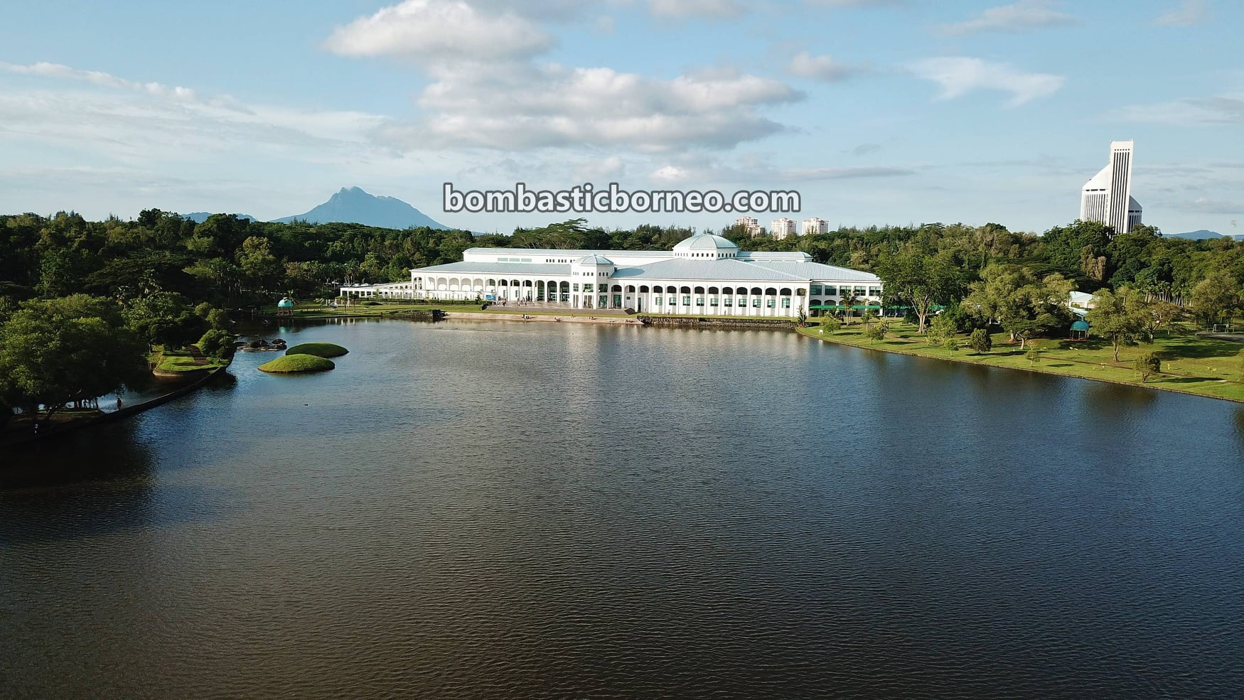 Sarawak State Library, tempat senaman, aerobic, jogging, walking, outdoor, exercise, garden park, manmade lake, Borneo, Tourism, tourist attraction, 砂拉越州立图书馆, 探索婆罗洲马来西亚, 古晋运动旅游景点,